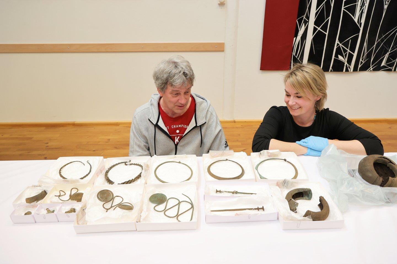 Lobį tyrinėja archeologas Matsas Hellgrenas ir kuratorė Madelene Skogbert.<br>TT News Agency / Scanpix nuotr.