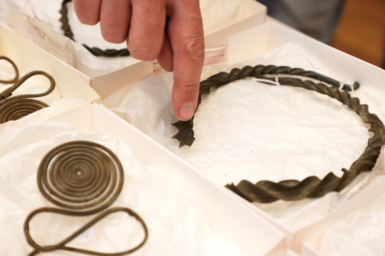 2500 metų senumo bronzos amžiaus lobį sudaro apie 50 objektų – tokie kaip karoliai, apyrankės ir drabužių segės.<br>TT News Agency / Scanpix nuotr.
