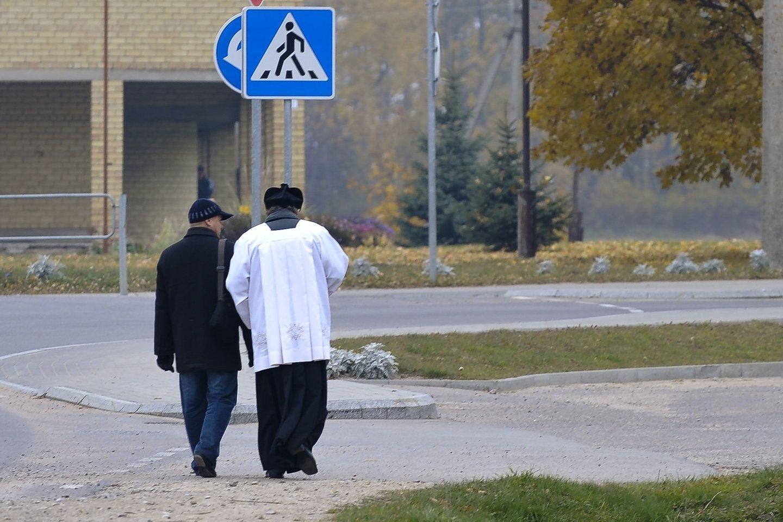 """Šeimos gynėjų maršą palaiko ir dvasininkai – Panevėžio vyskupas valdžią vadina """"išverstskūriais"""". <br>LR archyvo asociatyvi nuotr."""