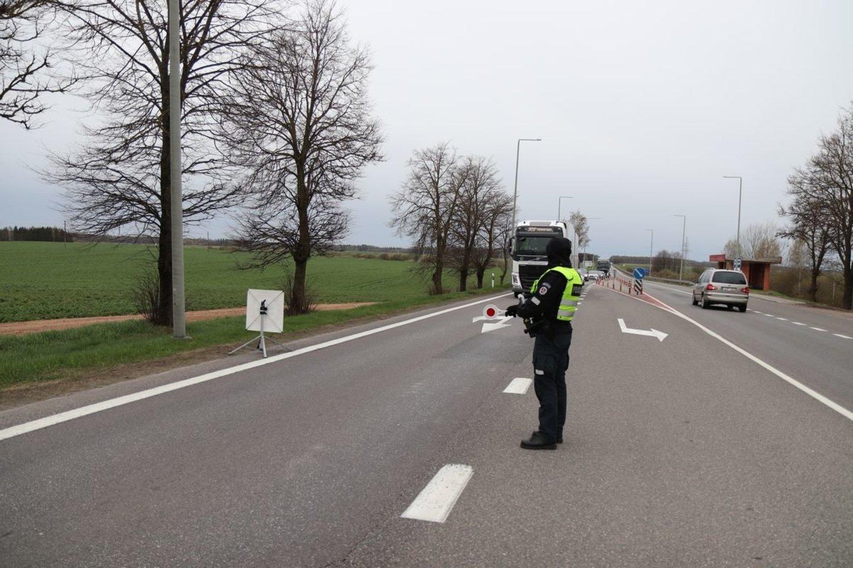 Per savaitę Kelių patrulių kuopos pareigūnai mobiliaisiais greičio matavimo prietaisais užfiksavo 696 greičio viršijimo atvejus.<br>Pranešėjų spaudai nuotr.