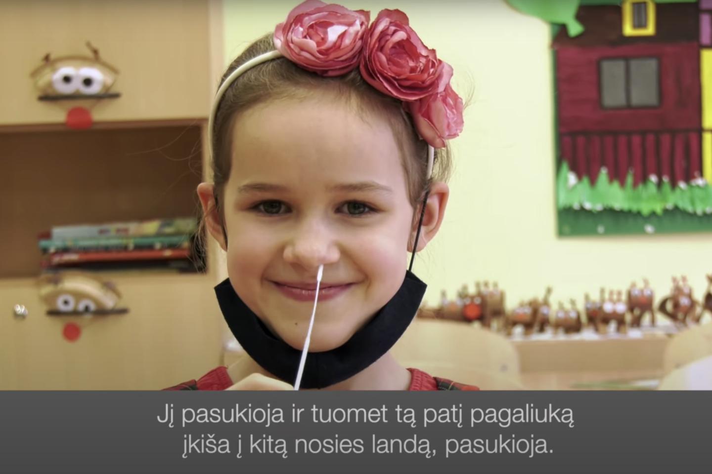 Video siužete parodoma, kaip vaikai turi patys sau atlikti kaupinį koronaviruso testą.<br>Vilniaus miesto visuomenės sveikatos biuro nuotr.