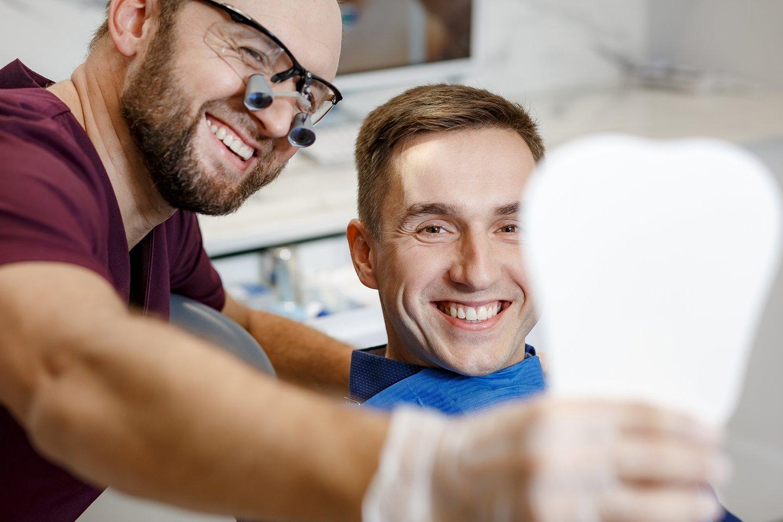"""Mūsų pačių dantys su apnašomis ir akmenimis gali kovoti ir porą dešimtmečių, o tinkamai neprižiūrint implantas atlaikys dvejus, trejus metus.<br>""""Šypsenos akademijos"""" nuotr."""