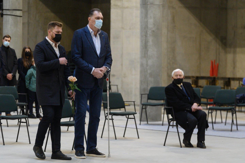Vilniaus šv.Juozapo bažnyčioje prie urnos su K.Vitkaus palaikais A.Sabonis ėjo drauge su savo vyriausiuoju sūnumi Žygimantu.<br>V.Skaraičio nuotr.