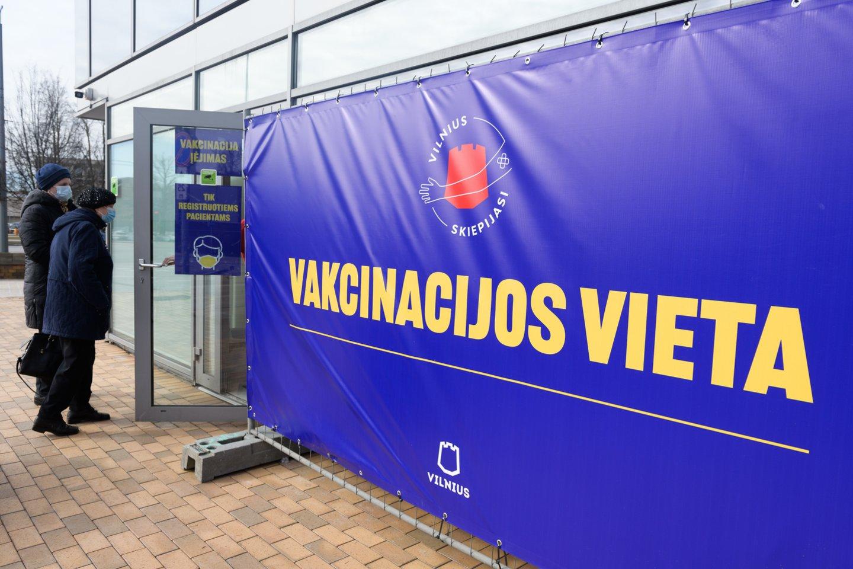 """Gamintojas """"BioNTech ir Pfizer"""" pirmadienį pristatė į Lietuvą dvidešimtąją vakcinų nuo koronaviruso (COVID-19) siuntą, kurią sudaro 99450 """"Comirnaty"""" vakcinos dozių.<br>V.Skaraičio nuotr."""
