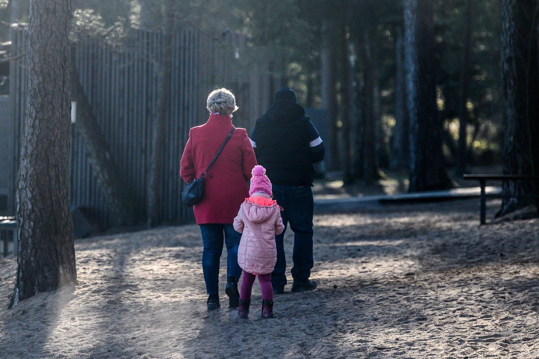 Siūloma sudaryti sąlygas proseneliams, turintiems draudžiamųjų pajamų, gauti vaiko priežiūros išmoką.<br>V.Skaraičio nuotr.