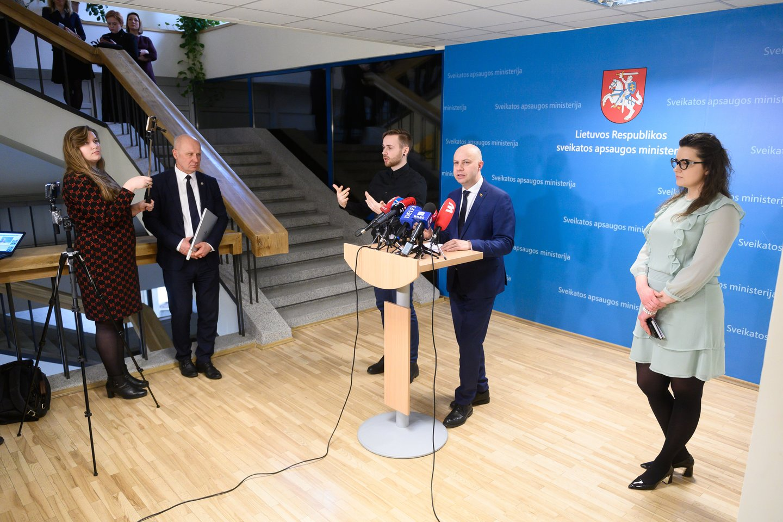 Spaudos konferencija apie koronaviruso naujienas Lietuvoje: Aurelijus Veryga ir Lina Bušinskaitė.<br>V.Skaraičio nuotr.