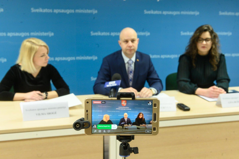 Sveikatos apsaugos ministro patarėja Vilma Srogė, sveikatos apsaugos ministras Aurelijus Veryga ir ministro patarėja Lina Bušinskaitė.<br>V.Skaraičio nuotr.