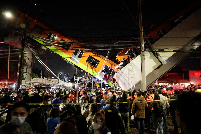 Meksikos sostinėje mažiausiai 13 žmonių žuvo ir dar dešimtys buvo sužeisti per metropoliteno traukinio avariją.<br>Reuters/Scanpix nuotr.