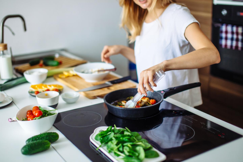 """Pasak specialistų, dietos neišmoko tinkamų ir ilgalaikių valgymo įpročių, todėl sugrįžus prie prieš dietą buvusių valgymo įpročių, ilgainiui svoris taip pat sugrįžta.<br>""""Shutterstock"""" nuotr."""