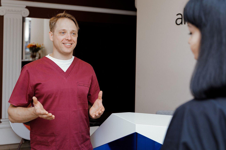 """""""Albodent"""" klinikos gydytojas odontologas-implantuojantis gydytojas Justinas Gaidys.<br>""""Albodent"""" nuotr."""
