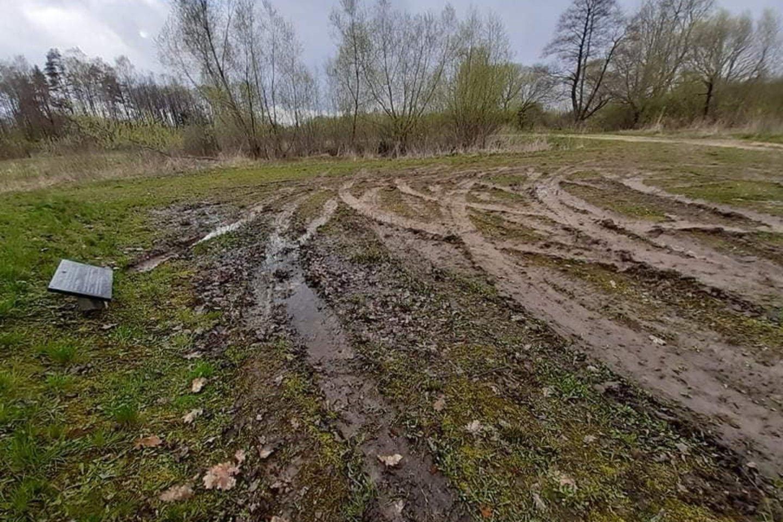 Policijos pareigūnai aiškinasi, kas automobiliu siautėjo Baltrušių kaime esančiame holokausto aukų memoriale.<br>J.Didžiulienės nuotr.