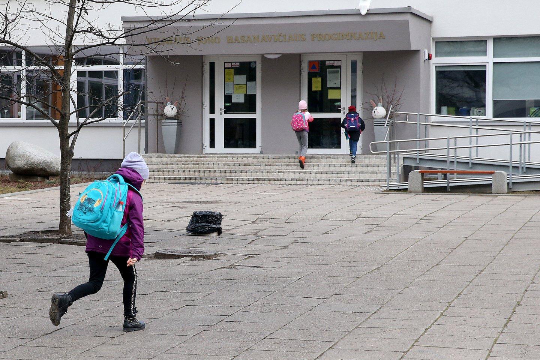 Pradinukai grįžta į mokyklas.<br>R.Danisevičiaus nuotr.