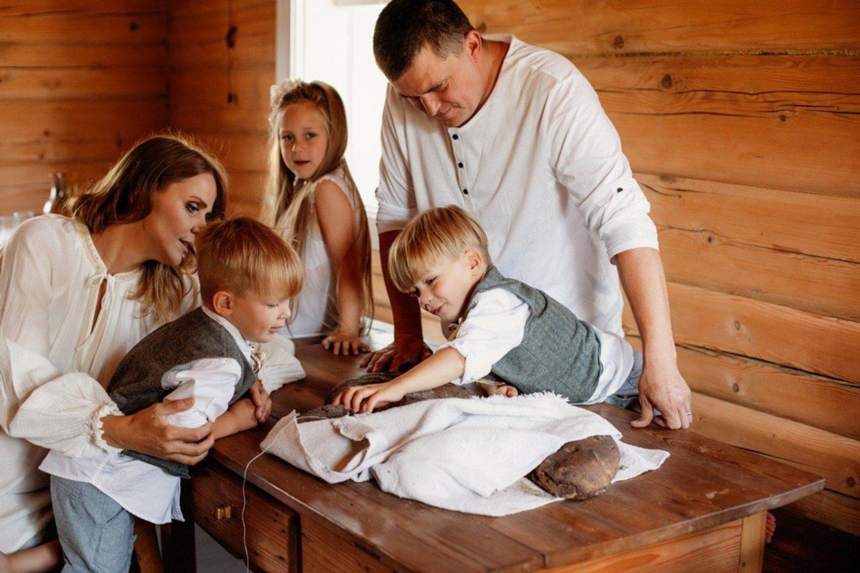 Danguolė ir Mindaugas Kalvaičiai – keturių vaikų tėvai.<br>Šeimos archyvo nuotr.