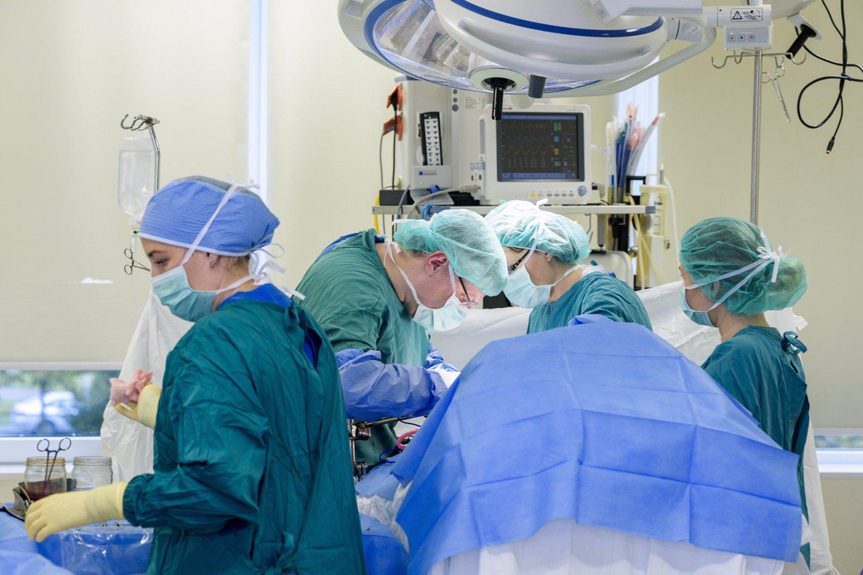 Klaipėdos universitetinės ligoninės (KUL) medikai pacientui grąžino visavertį gyvenimą. Vyrui sėkmingai pašalintas net 13 kg auglys – sarkoma.<br>Pranešimo spaudai nuotr.