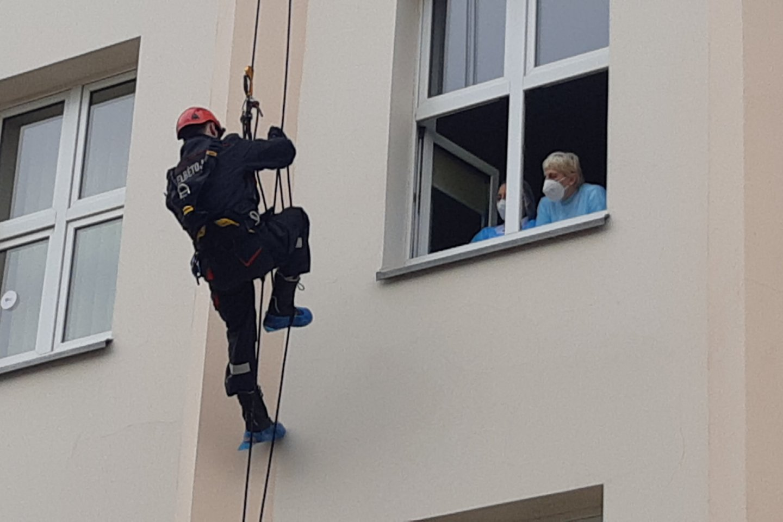 Per šv.Florijono dieną uostamiesčio ugniagesiai nudžiugino mažuosius ligonius.<br>A.Pilaitienės nuotr.