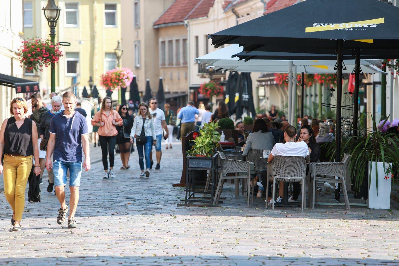 Toliau nuo suvaržymų kenčia verslai, kuriuose būtinas tiesioginis kontaktas su klientais – turizmas, apgyvendinimas, maitinimas ir paslaugos.<br>G.Bitvinsko nuotr.