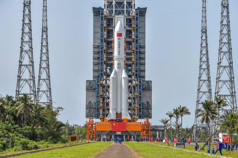 Didžiulė, 30 metrų aukščio Kinijos raketos pagrindinė pakopa jau skrieja žemojoje Žemės orbitoje ir artimiausiomis dienomis turėtų nekontroliuojamai įskrieti į atmosferą.<br>AFP / Scanpix nuotr.
