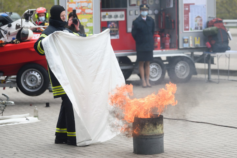 Ugniagesių vadas prašo įspėti apie neturinčius dūmų detektorių: atvyksime ir sumontuosime.<br>V.Skaraičio nuotr.
