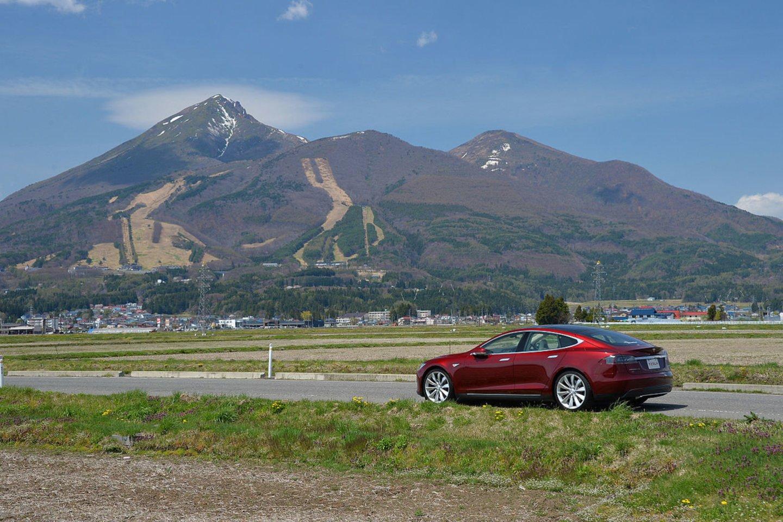 """Tarp didžiųjų automobilių gamintojų autonominių automobilių srityje """"Tesla"""" tikriausiai yra toliausiai pažengusi kompanija.<br>commons.wikimedia.org nuotr."""