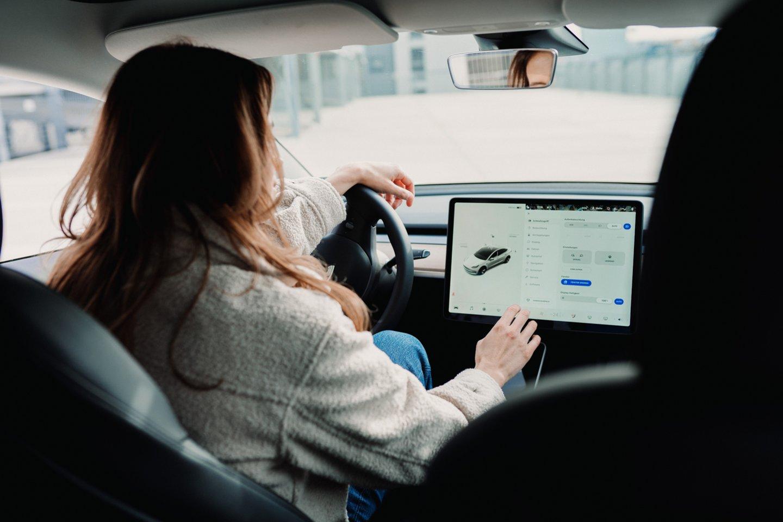 """Tarp didžiųjų automobilių gamintojų autonominių automobilių srityje """"Tesla"""" tikriausiai yra toliausiai pažengusi kompanija.<br>www.unsplash.com nuotr."""