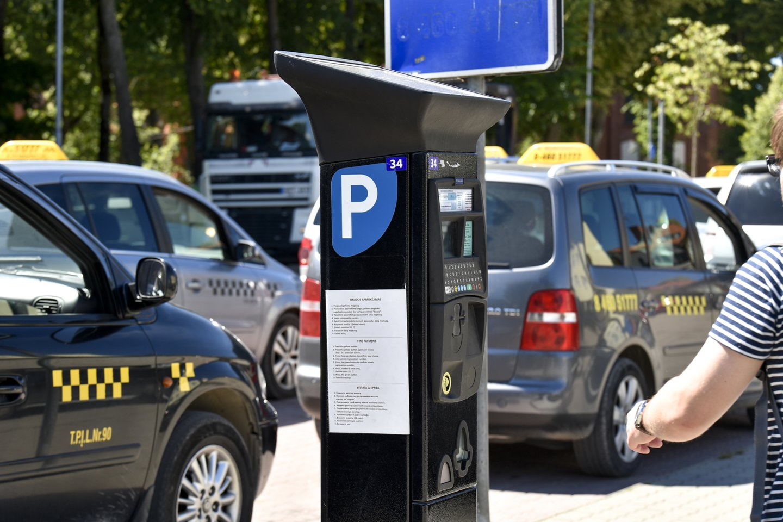 Nuo gegužės 15 dienos į Palangą automobiliais atvažiuojantys poilsiautojai vėl privalės mokėti vietinę rinkliavą už tam tikrose kurorto gatvėse ir aikštelėse paliekamus stovėti automobilius.<br>V.Ščiavinsko nuotr.
