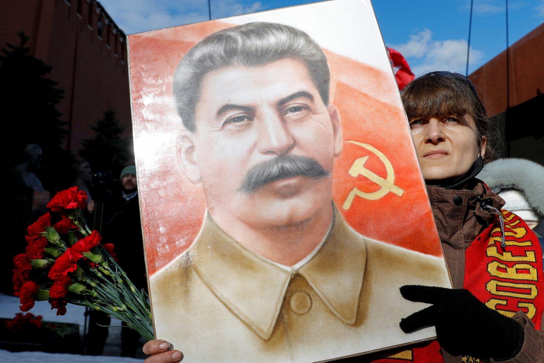 Praėjus vos kelioms dienoms po to, kai Šiaurės Kaukazo Dagestano respublikoje vietos komunistai pastatė paminklą sovietų diktatoriui Josifui Stalinui paskutiniame Rusijoje likusiame Stalino prospekte, paminklas buvo demontuotas. <br>Reuters/Scanpix nuotr.