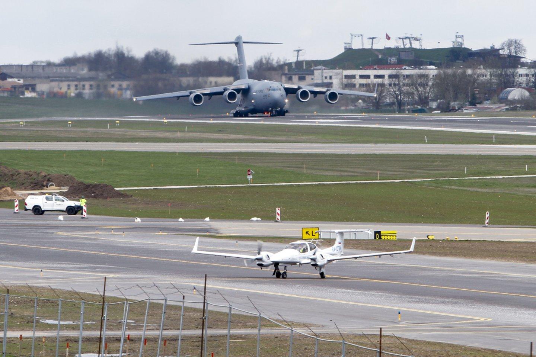 """Antradienio popietę vilniečiai galėjo pastebėti virš miesto praskrendantį įspūdingą lėktuvą – masyvų JAV karinių oro pajėgų transportinį orlaivį """"Boeing C-17 Globemaster III"""".<br>V. Ščiavinsko nuotr."""
