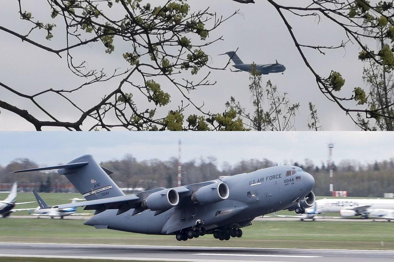 """Antradienio popietę vilniečiai galėjo pastebėti virš miesto praskrendantį įspūdingą lėktuvą – masyvų JAV karinių oro pajėgų transportinį orlaivį """"Boeing C-17 Globemaster III"""".<br>A. Rutkausko / V.Ščiavinsko nuotr."""