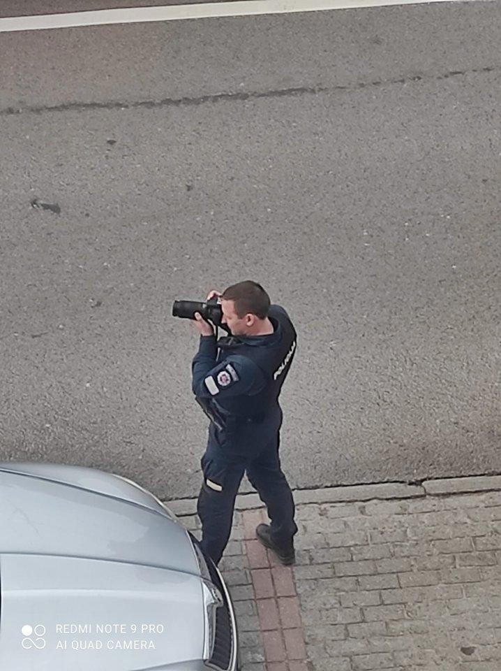 Pareigūnas, sostinėje fotografuojantis automobilius su fotoaparatu, sukėlė daug klausimų eismo dalyviams.<br>Lrytas.lt skaitytojo Pauliaus nuotr.