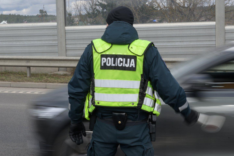 Pareigūnas, sostinėje fotografuojantis automobilius su fotoaparatu, sukėlė daug klausimų eismo dalyviams.<br>V.Skaraičio nuotr.