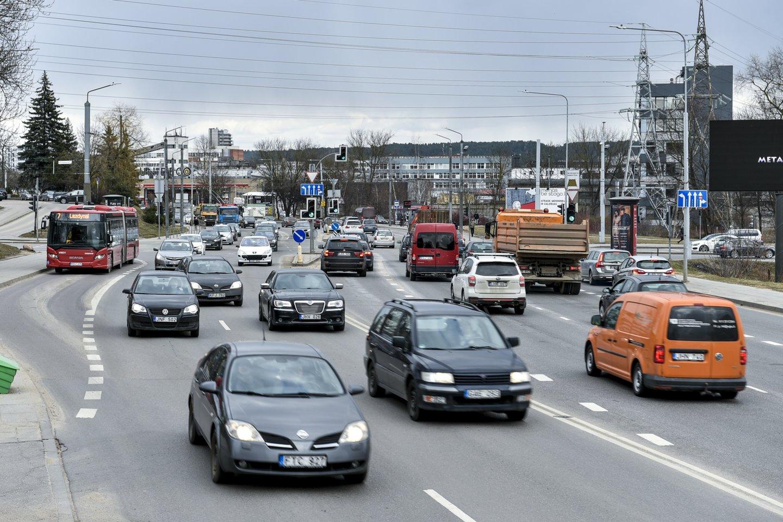 Pareigūnas, sostinėje fotografuojantis automobilius su fotoaparatu, sukėlė daug klausimų eismo dalyviams.<br>V.Ščiavinsko nuotr.