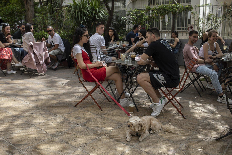 Graikija vėl atsivėrė daugybei užjūrio lankytojų, atnaujindama turizmo sektoriaus darbą, taip aplenkdama daugumą savo kaimynių Europoje.<br>AP/Scanpix nuotr.