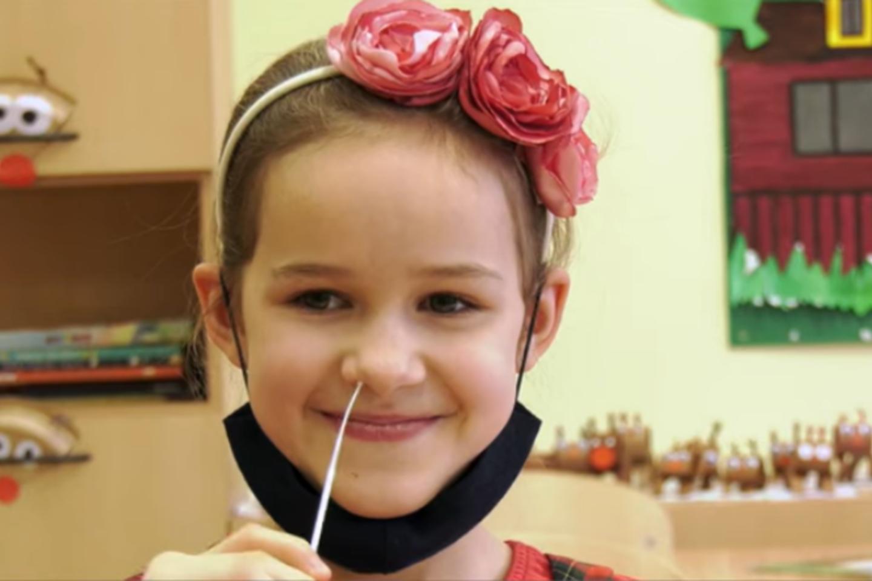 Mėginio ėmimas COVID-19 tyrimui kaupinio būdu mokykloje.<br>Vilniaus visuomenės sveikatos biuro nuotr.