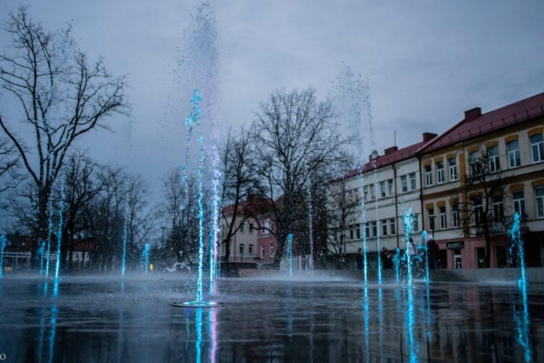 Šiandien Laisvėje aikštėje turėtų ištrykšti ne tik vandens purslai, bet taip pat suspindėti ir margaspalvės šviesos, kurios džiugins praeivius.<br>R.Ančerevičiaus, R.Pavilionio ir G.Kartano nuotr.