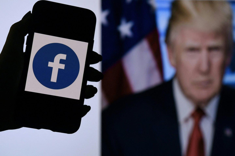 """Socialinio tinklo """"Facebook"""" nepriklausoma Priežiūros taryba trečiadienį paliko galioti platformos sprendimą užblokuoti buvusio JAV prezidento Donaldo Trumpo paskyrą, bet paragino per artimiausius šešis mėnesius dar kartą įvertinti šią bausmę.<br>AFP / Scanpix nuotr."""