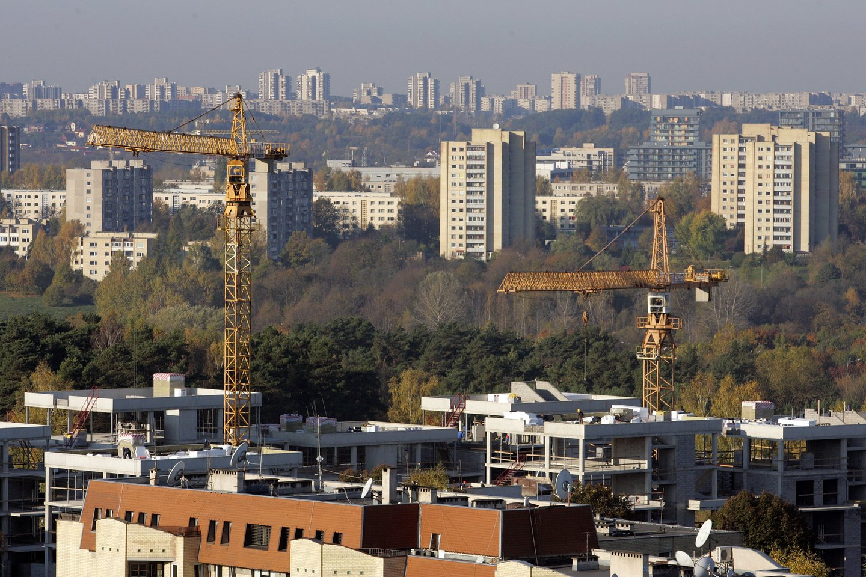 Nors balandį sostinėje pasiūlyta apie 580 naujų butų, spartūs pardavimo tempai būstų sandėlį ir toliau tirpdo – mėnesio pabaigoje skaičiuoti vos 3600 likusių laisvų butų.<br>V.Balkūno nuotr.