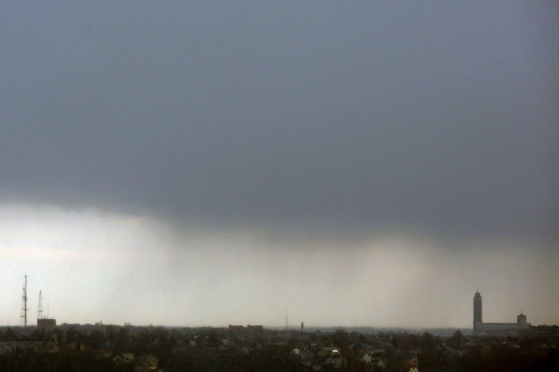 Beveik visoje šalyje protarpiais palis, o iš galingesnių debesų kai kur gali pagrūmoti perkūnija.<br>M.Patašiaus nuotr.