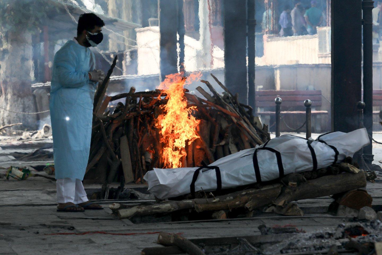 Indijoje – nauji COVID-19 sergamumo ir mirštamumo rekordai. <br>ZUMA Press/Scanpix nuotr.