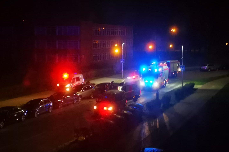 """Nesuvaldytas """"Lexus"""" Klaipėdoje rėžėsi į stovinčias mašinas – sudaužyti net 6 automobiliai.<br>Facebook/Klaipėdos Reidai II/Gretos R. nuotr."""