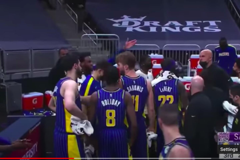 """Krachas """"Pacers"""" stovykloje: komandos treneris kibo į atlapus D. Sabonio komandos draugui.<br>Youtube stop kadras."""
