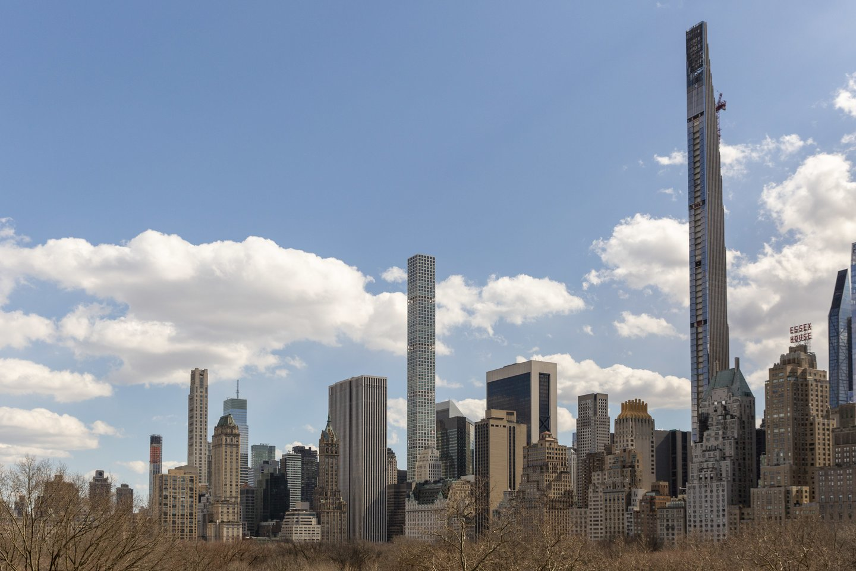 """""""111 West 57th Street"""" bokštas (dešinėje) ir """"432 Park Avenue"""" dangoraižis (centre).<br>ZumaPress.com/Scanpix nuotr."""