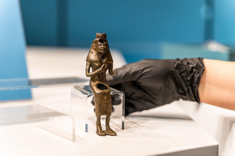 """Parodos """"Ką slepia sarkofagas"""" eksponatai keliauja į vitriną.<br>LNM (S.Samsono) nuotr."""
