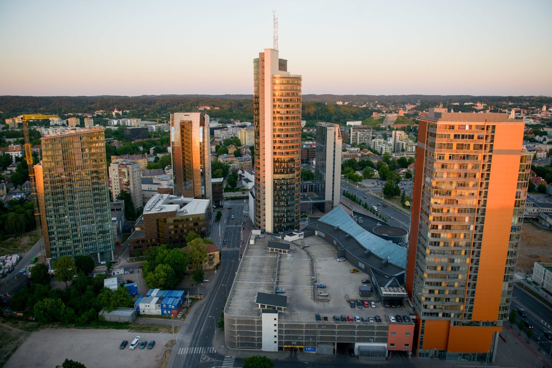 """Vilniuje aukščiausias gyvenamasis pastatas įsikūręs Konstitucijos prospekto urbanistinėje kalvoje – tai 2019 m. užbaigtas """"Tower"""" projektas, kurio aukštis siekia 99 metrus.<br>J.Stacevičiaus nuotr."""