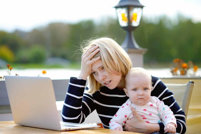 Egzistuoja ne tik laimingos, bet ir sunkiai išgyvenamos, net traumuojančios motinystės patirtys.<br>123rf nuotr.
