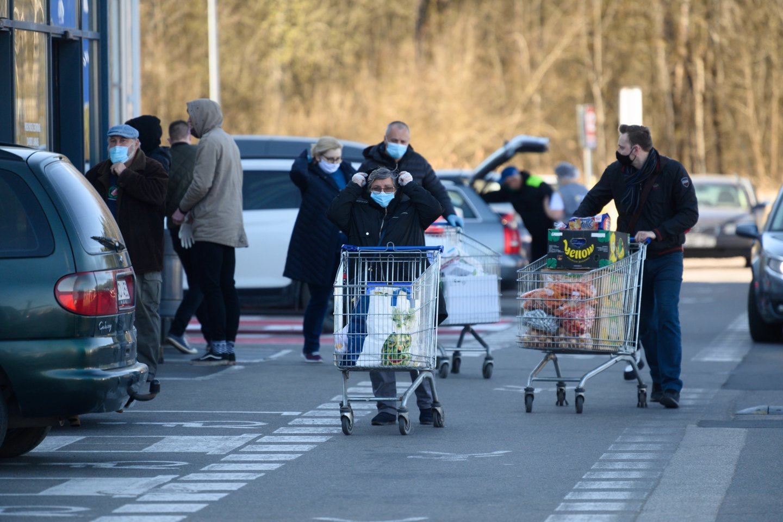 Lietuvių srautas į maisto parduotuves gegužės pradžioje buvo didžiausias per visus 2021 m.<br>V.Skaraičio nuotr.
