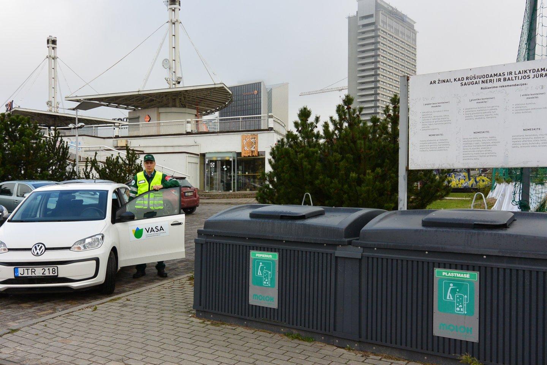 Šiandien ir savaitgalį VASA kontrolieriai aktyviai tikrins tvarką prie komunalinių atliekų konteinerių ir patars gyventojams, kaip ir kur tinkamai priduoti atliekas.<br>VASA nuotr.