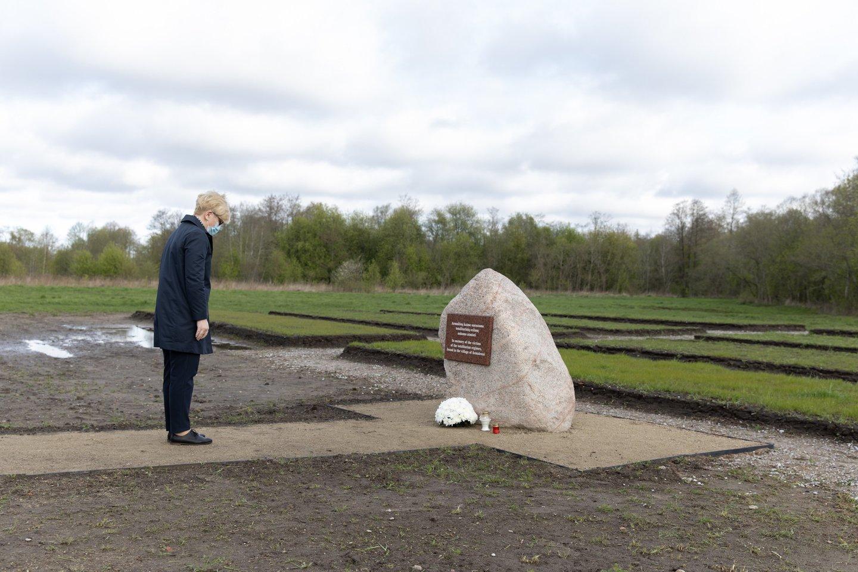 I.Šimonytė penktadienį Šilutės rajone, Macikuose, pagerbė Antrojo pasaulinio karo ir totalitarinių režimų aukų atminimą.<br>LRVK (L.Penek) nuotr.