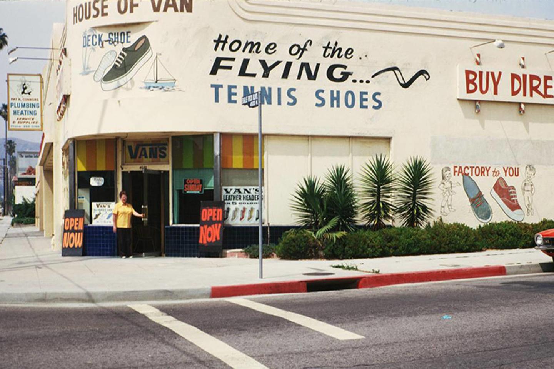 """""""Vans"""" batai ir 55 metus trunkanti pašėlusi kelionė amerikietiškais kalneliais."""