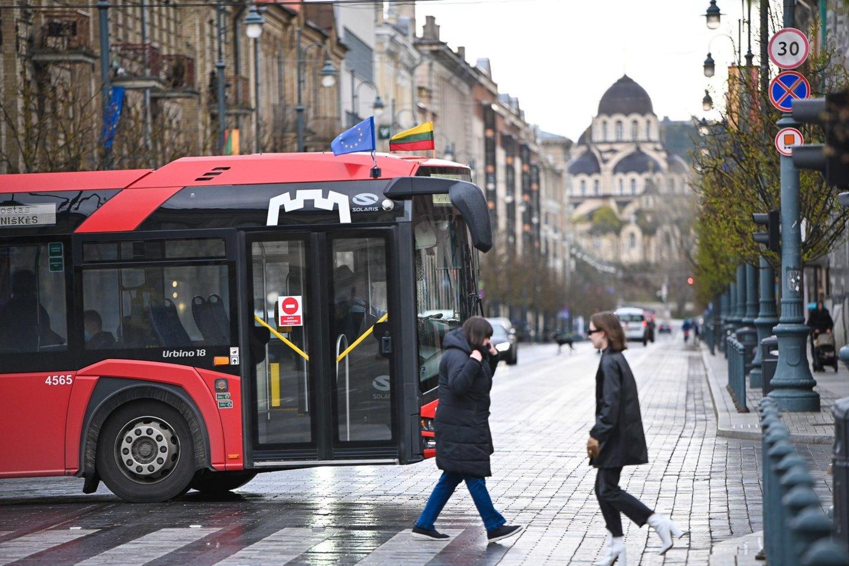 Sėdint ir stovint būtina laikytis ne mažesnio kaip 1 m. atstumo, dezinfekuoti rankas – dezinfekcinio skysčio keleiviai ras kiekviename autobuse ir troleibuse.<br>Pranešėjų spaudai nuotr.
