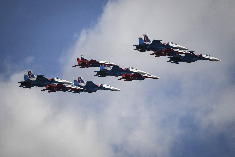 """Rusijos kariuomenės vadovybė nusprendė lėktuvnešio naikintuvus """"MiG-29K Fulcrum-D"""" įdarbinti Arktyje ir dislokuoti ten esančioje Naujosios Žemės saloje (nuotraukoje -""""MiG-29"""" ir """"Su-30SM"""", asociatyvinė nuotr.)<br>AFP / Scanpix nuotr."""